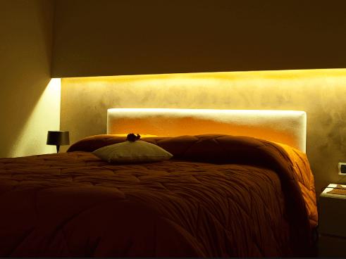 Oświetlenie LED w barwie ciepłej za pomocą pasków ledowych 12V