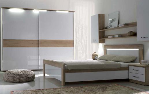 Sypialnia z oświetleniem LED w barwie zimnej